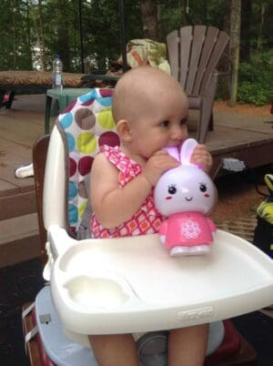 bébé mâcher des oreilles de lapin